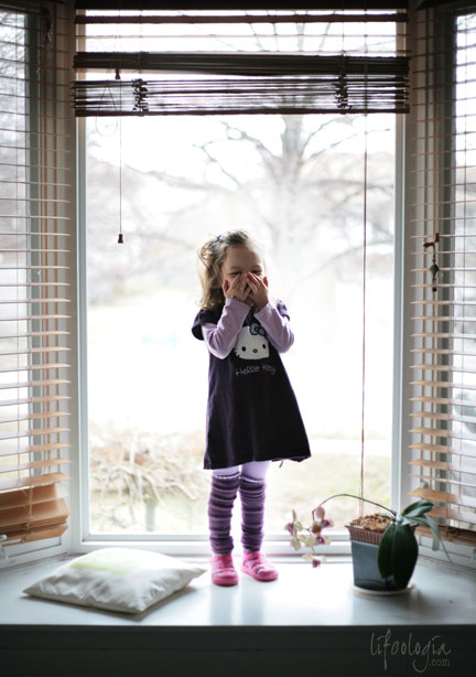 IMG_5597-little-girl-in-window-photography